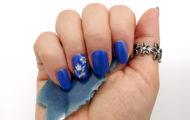 Modrý lak so strieborným zdobením