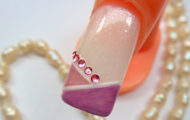 Svetlofialové nechty s kamienkami