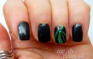 Čierny lak so zeleným zdobením