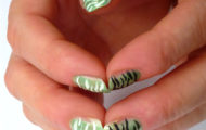 Zelený lak s čiarkami