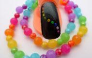 Čierny lak s farebnými bodkami