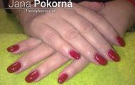 Červené gélové nechty – jemné zdobenie glitrami
