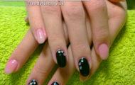 Gélové nechty – s čiernym gélom a kamienkami