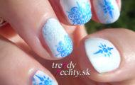 Biela manikúra s modrým vzorom