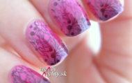 Ružovo fialová manikúra s čiernym vzorom