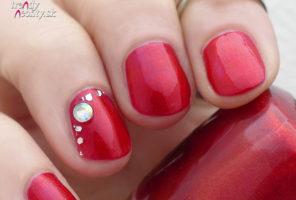 Červený lak na krátkych nechtoch