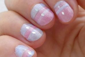 Ružovo belasé lakovanie krátkych nechtov